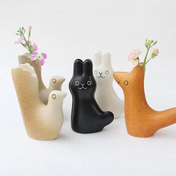 スウェーデン語で小さな友達という意味を持つ、「En Liten Van(エン リトゥン)」という名前が付けられたアニマルモチーフのフラワーベースです。鳥やうさぎのデザインがとてもキュートで、お花を入れずにそのまま飾っておいても素敵ですね。