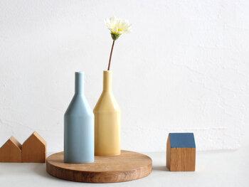 マットな質感と、柔らかな黄色と青のカラーがナチュラルな印象を与えるフラワーベースです。花を挿す部分が細くなっているので、一輪だけでもサマになるのが特徴。シンプルで上品な佇まいは、どんなインテリアにも馴染んでくれます。
