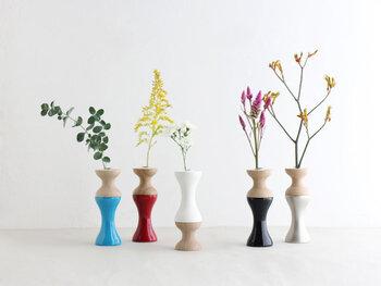 お部屋にお花やグリーンを飾ってみたいけど、なんだか難しそう。そう思ってあきらめている方におすすめなのが、一輪のお花やグリーンからはじめてみる方法です。  今回は一輪だけでもサマになる、素敵なフラワーベースをご紹介します。