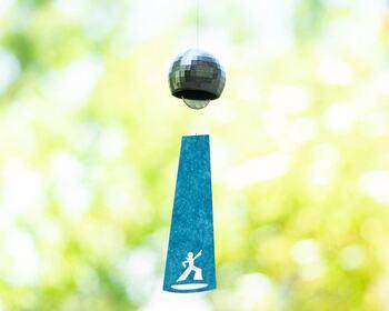 ミラーボールをモチーフにした風鈴。窓辺に吊るすと、風でくるくる回ってミラーボールのようにきらめきます。短冊にデザインされているのは、スポットライトの下で踊る人の姿!見ているとテンションが上がる、楽しいデザインの風鈴です。