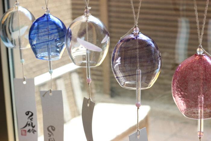 能登島ガラス工房・高橋真人さんによるガラス製風鈴「のと風鈴」です。吹きガラスにより手作りされているので、デザインと音色がひとつひとつ異なります。お気に入りのものを選びたいですね。