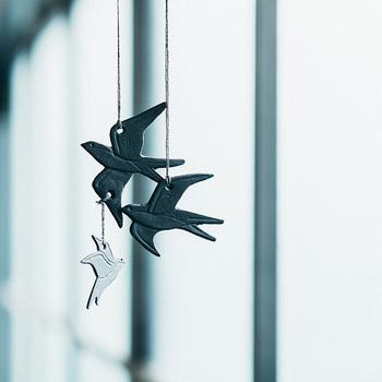 南部鉄器の産地である岩手県で作られた、音のなるツバメのモビール。南部鉄で作られたツバメの家族は、触れ合うとチリンチリンと軽やかで涼しげな音がします。風に吹かれて揺れる姿は3羽が仲良く飛んでいるよう。