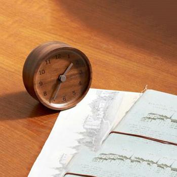 木の風合いが優しくインテリアに馴染む、こちらの置時計。可愛らしいサイズ感で、デスクや枕元にちょこんと置きたくなります。時計の枠を作るときに生まれた端材からできた時計とのことで、エコなところも素敵です。