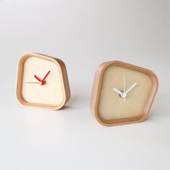 シンプルながらも面白いデザインのこちらの置時計は、どの面を下にしても使えるそうです。置き方によって雰囲気が変わり、飽きることなく長く使えそうなアイテムですね。