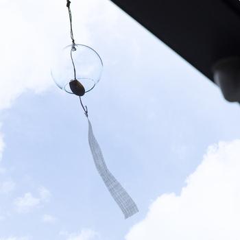 シンプルなガラスの素材感が際立つ「江戸風鈴」。大正時代から続く老舗「篠原風鈴本舗」が、昔から受け継がれる「宙吹き(ちゅうぶき)」というガラス玉を膨らませる技法でひとつずつ仕上げています。