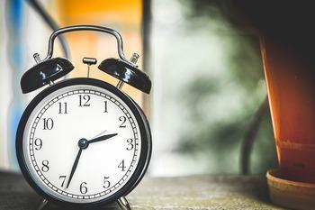 ひと目で時間がわかる置時計は、やっぱりあると便利なもの。スマートフォンなどの機器でも時間は分かりますが、インテリアとして「あえて」置時計をお部屋に置いてみるのはいかがですか。置時計には、おしゃれなものがたくさんあるんです。