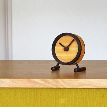 黒檀、パインの2種類の木材を使ったこちらの置時計は、時計の針の刻む音が苦手、気になってしまうという方にもぴったり。時計の針がなめらかに動くスイープ式という作りを採用しているので、カチカチという音が鳴りません。寝室の置時計にもよさそうですね。