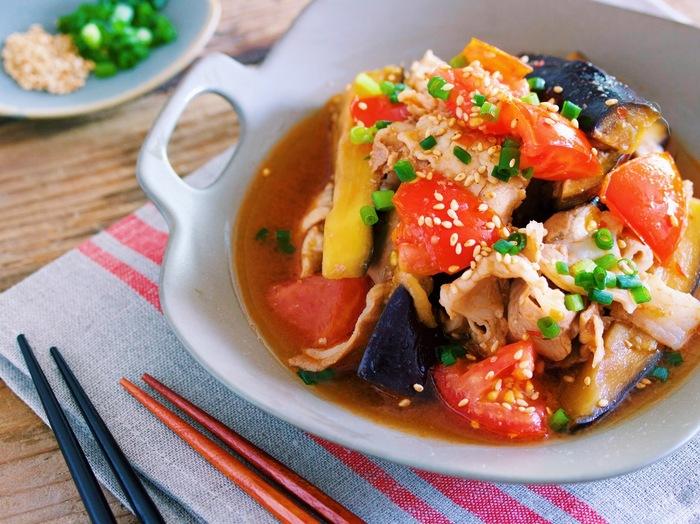 夏野菜が彩りを添える「豚肉と茄子トマトの旨ダレあえ」。旬である夏野菜は今が一番栄養が豊富。鮮やかな見た目が食欲を湧かせます。レンジでチンするだけで簡単にできるので、暑い時期の調理も楽チンなのも魅力です。
