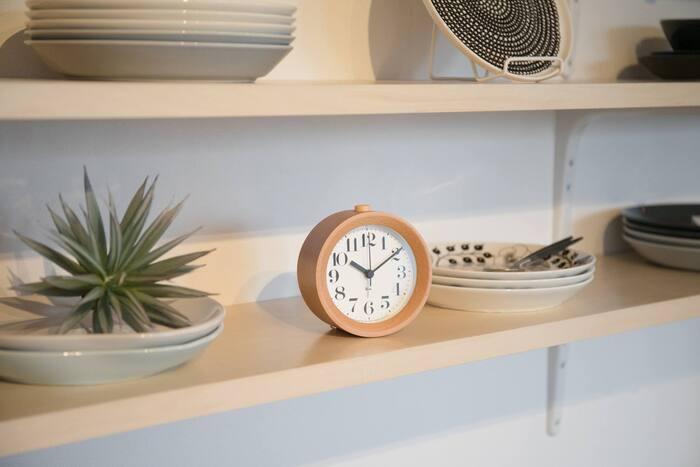 シンプルな置時計は、お家のどんな場所に置いても馴染みやすいのが魅力のひとつ。オープン棚に並べた食器の間に置時計を置いてみると、程よい生活感と温もりが生まれます。アラームとして寝室に置いたり、コーヒーや読書タイムのお供にと、マルチに使えそうですね。