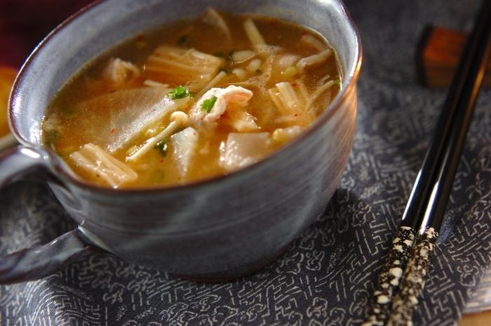 発酵食品であるキムチと味噌の相性が抜群の「豚肉とキムチのスープ」。腸内環境を整え免疫力のアップする効果が期待できる発酵食品とコラボすることで、夏バテ予防にもぴったりなレシピに仕上がります。スープにすることで栄養も凝縮されるので、夏の食欲が低下している時にはぜひおすすめです。