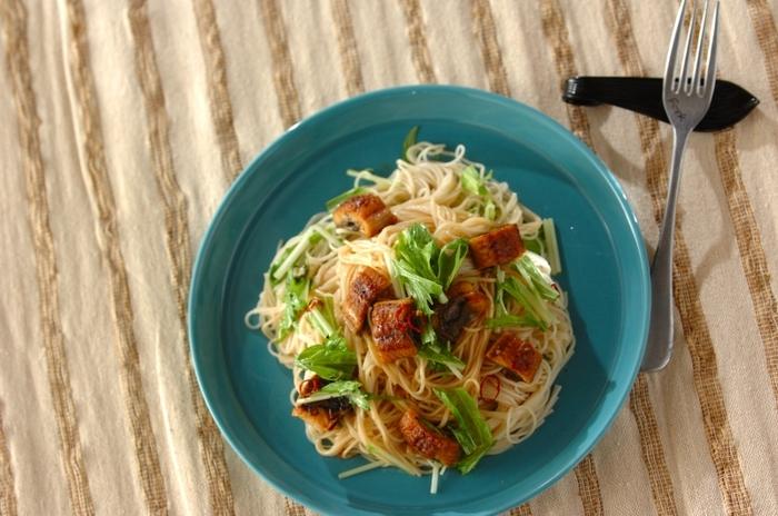夏の定番である素麺をパスタ風にアレンジした「うなぎの素麺ペペロンチーノ」。夏になると出番の多い素麺は、どうしてもメニューがマンネリしがち。うなぎを入れてアレンジしていつもと違った味を楽しみつつ、夏バテ予防をしてみてはいかがでしょうか♪
