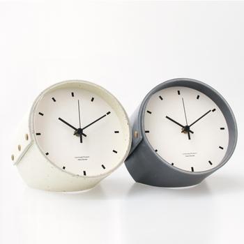文字盤はとことんシンプルでありながら、遊び心のある筒型で仕上げたデザインのこちらの置時計。筒部分の素材には、カカオ豆を粉砕した殻を混ぜて風合いを出しています。シンプルだからこそ飽きず、経年変化を楽しむことのできるアイテムです。