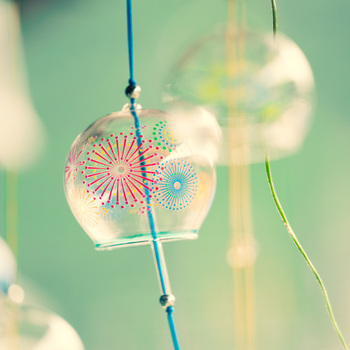 うだるように暑い日でも、視覚と聴覚から涼しい気分にしてくれる夏の風物詩・風鈴。デザインや音色からお気に入りのものを選んで、夏の窓辺に飾ってみませんか?