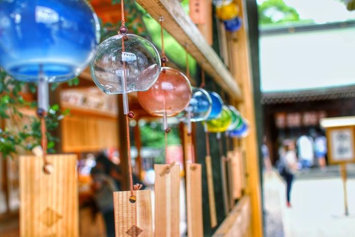 日本の夏の風物詩・風鈴。風が吹くたびに優しくそよぐ姿と澄み切った音色が、視覚と聴覚から涼しさを運んできてくれますよね。古くから、夏の厳しい暑さを和らげてくれるアイテムとして人々に愛されてきた風鈴。現代的なインテリアにも馴染み、おしゃれなオブジェとしても飾れるおすすめ風鈴をご紹介します。