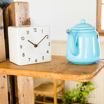 キューブ型のデザインが可愛らしいこちらの置時計は、材質に陶器を使用しています。陶器独特の温かみがあり、ナチュラルなインテリアに馴染みそうですね。リビングや寝室はもちろん、洗面やトイレなどのサニタリースペースにもおすすめです。