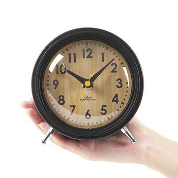 正確な時間がわかる、電波時計。ころんとしたフォルムが可愛く、お部屋のアクセントになってくれそうですね。こちらの置時計は、夜間は秒針を停止するという機能も付いているんです。秒針の音が気にならないので、寝室にもぴったりです。はっきりした文字で時間を読みやすいのもいいですね。