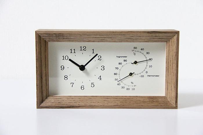 ナチュラルなウッドフレームが素敵な置時計。こちらは置時計としてだけではなく、温度・湿度計としての機能も備えています。温度や湿度がわかると、エアコンなどの空調機器や加湿器を使うときの目安にもなって便利ですね。