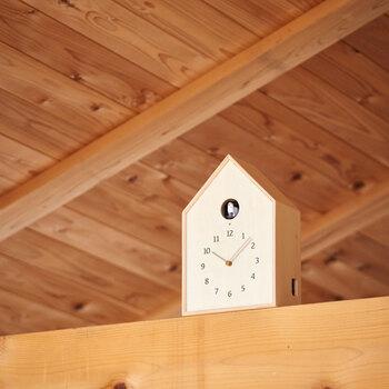 木目調が温かく、ナチュラルにインテリアに溶け込むこちらの置時計は、可愛らしい鳩が鳴き声で時間を知らせてくれます。音量は2段階で調整することができ、ライトセンサー機能も付いているので、消灯時には鳩もお休みするそうです。消灯している間は音が鳴らないので、リビングや寝室など、どのお部屋にも置けそうですね。