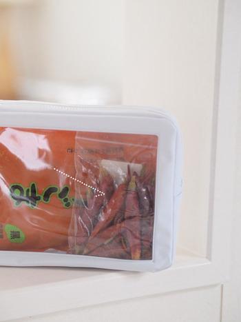 乾物類や調味料の保管には、大きな窓が付いたファスナーケースも活躍します。中が見えるので、使いかけの食材も窓側に入れておくと見落としも防げますね。