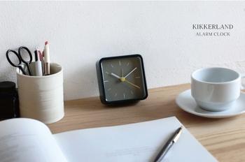 こちらの置時計も、格納式のスタンドがついています。すっきりとしたシンプルな見た目なので、職場のデスクに置いていてもおしゃれに馴染みそうですね。