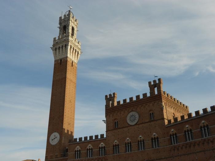 プッブリコ宮殿に隣接してそびえ立つマンジャの塔は、トスカーナ地方でも圧倒的な高さを誇る、高さ102メートルのレンガ造りの塔です。
