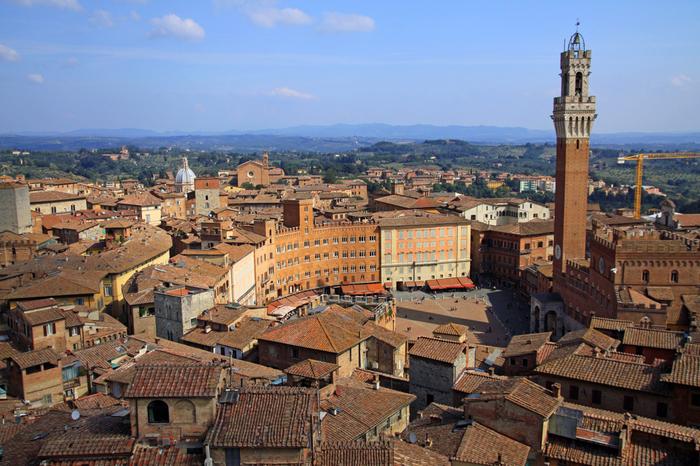 「イタリア一美しい広場」と称されるカンポ広場は、シエナ旧市街を代表する景勝地です。広場の付け根部分に佇む重厚感あるプッブリコ宮殿、なだらかに傾斜しながら広がる広場、広場を囲む重厚感ある建物が融和した景色は絵画のような素晴らしさです。