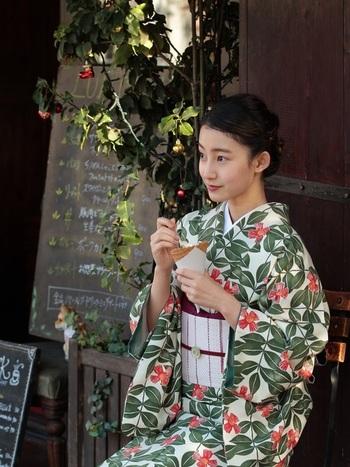 着物は、ハレの日だけしか楽しんではいけない服というものではありません。KIMONOとして世界からも注目される日本の文化であり、より身近に、親しみを感じる存在であってよいのです*  お家の箪笥に着物や帯がある方は、ぜひワンピース感覚で着こなせるようにカスタマイズして、着物コーディネートをお楽しみください。