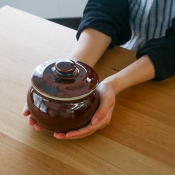 昔おばあちゃんちにあったような、どこかなつかしい雰囲気がただよう甕(かめ)。ぽってりと厚みのある陶器で出来た丸みのある入れ物は、食卓をあたたかみのある雰囲気にしてくれます。