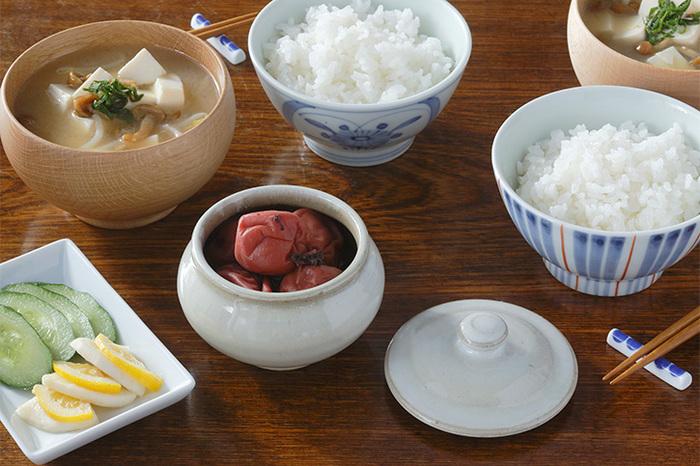 耐水性に加え、耐酸・耐塩性もあることから、お漬物や梅干しの保存用にぴったり。食卓の他のアイテムとも喧嘩しないシンプルさが魅力です。