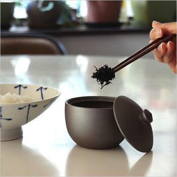 ふりかけ、佃煮、梅干しなどの「ごはんのおとも」を保存して 冷蔵庫からそのまま食卓へ出せるかわいい器。フタ付きでぴちっと密閉性が高く、湿気にくく乾燥を保ちます。