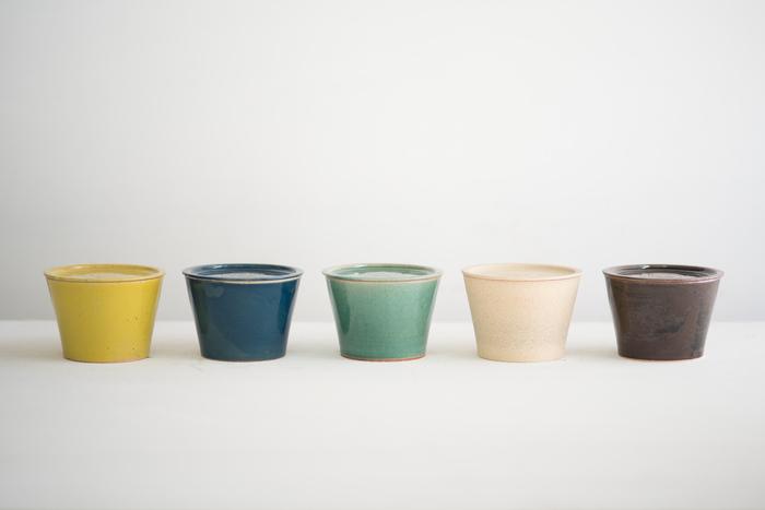 長野県上田市の陶芸家阿部春弥さんがデザインを監修し、愛知県瀬戸市のメーカー、窯元、わざわざの4つが協力して作ったわざわざオリジナルの丸いバターケース。落ち着いた色合いのカラーバリエーションに、温もりある陶器の質感にホッとさせられますね。