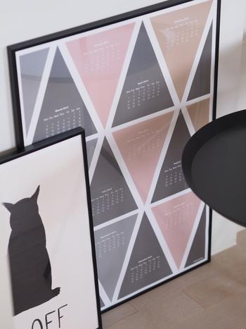 お気に入りのアートは、ぜひフレームに入れてみてください。カジュアルなデザインには、細めのフレームを選ぶと◎