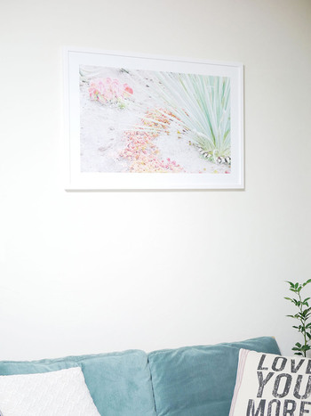 広い壁のどこに飾れば良いのか迷ったら、ソファなど家具の中心を起点にアートを配置してみてください。家具を中心にセンターに飾ることでバランスよく仕上がりますよ。