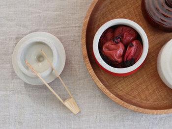 梅干しや佃煮などのごはんのお供と一緒に食卓で使うなら、このトングがおすすめ。小ぶりで使いやすく、陶器の容器にあたってもカチャンとならないのでストレスフリー。