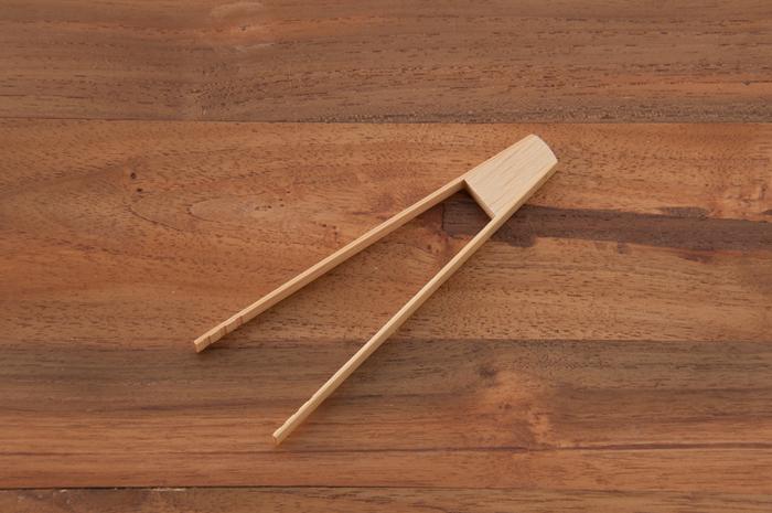 軽くてしなやかな竹のトングは程よい弾力があり、細かなものもつかみやすい。トングの先に刻まれた溝のおかげで、食材がポロリと落ちることなくしっかりと挟む事ができます。
