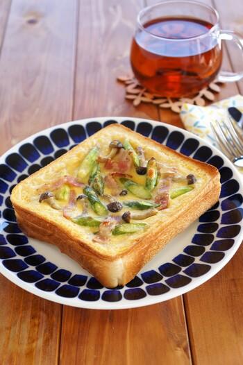 パンの中身を押してくぼみを作り、そこに卵液と具材を入れてオーブントースターで焼きます。キッシュは生地作りも手間がかかりますが、こちらはパンに詰めるので手間いらず。おしゃれで栄養バランスもいいですね。周囲が焦げやすいので、アルミホイルをかけて焼くのがポイント。