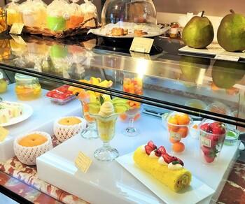 「THE TOKYO FRUITS(ザトウキョウフルーツ)」は、自由が丘駅から徒歩6分ほどの住宅街に2015年にオープン。フルーツ店の直営カフェで、厳選されたフルーツを使ったパフェやケーキ、フルーツサンドなどを食べることができます。生産者と直接話し、納得してから仕入れているフルーツは、グルメな地元住民もお墨付きの味だそう。