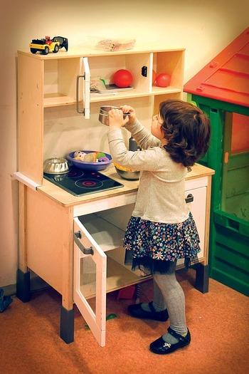 家族みんなが使うものを片付けておくスペースには、収納方法を決めた本人だけでなく、誰もが目的のものを自分で探し、またしまうことができるわかりやすさが大切です。まずは「家族が使いやすい収納」の具体的な実例を見ていきましょう。