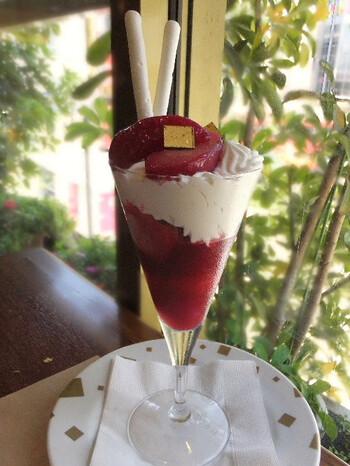 こちらの画像は<ペッシュベルアルマン>。甘い桃のコンポートを主役に、フランボワーズのソルベとクレームシャンティーの紅白のパフェ。洋酒のアクセントと爽やかな酸味で、さっぱりした味わいが魅力です。