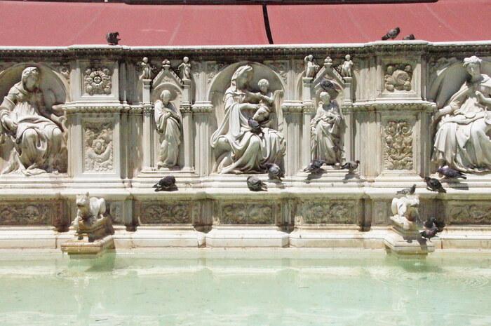 カンポ広場中央部分には、1343年から5年の歳月をかけて造れたガイアの泉があります。地下水道が完成した人々の喜びから「ガイア(喜び)」の泉と名付けられたと伝えられるこの泉には、ヤコポ・デッラ・クエルチャの手によって美しい彫刻が施され、15世紀に現在の姿となりました。