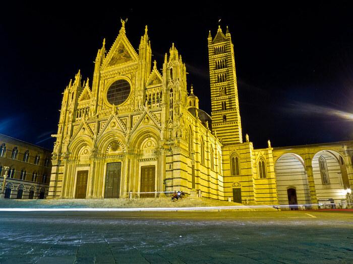 夜になると、シエナ大聖堂は、ライトアップが施されます。漆黒の世闇に、美しいイタリアンゴシック様式の建築物が浮かび上がる様は、幻想的でいつまで眺めていても飽きることはありません。