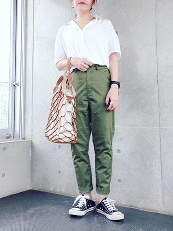 カジュアルになりがちなカーキのチノパンに、真っ白なシャツを合わせてきちんと感をプラス。スニーカーやネット編みのトートバッグを組み合わせて、軽やかな着こなしに。