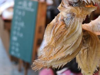 ところで「乾物」と「干物」。どちらも漢字的には「カンブツ」と読む事ができ、食品の水分を抜いたものを指します。けれど、魚やイカなどの干物は常温保存や長期保存はできません。どう使い分けるのでしょうか。