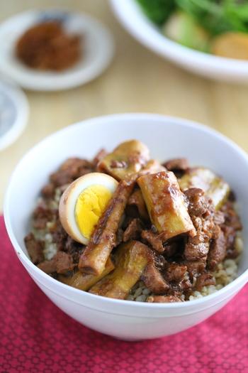 細身のたけのこを加えた魯肉飯のレシピ。かさましにもなり、コリコリとした歯ごたえもたまりません。