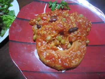和食のイメージが強い車麩ですが、先程のピカタと同様、洋食にも合うんです。こちらはトマトソースで煮てイタリアン風にしたもの。ビーンズもたっぷり使って栄養も◎。サラダと合わせたら、ヘルシーで綺麗になれそうな食卓の出来上がりです。