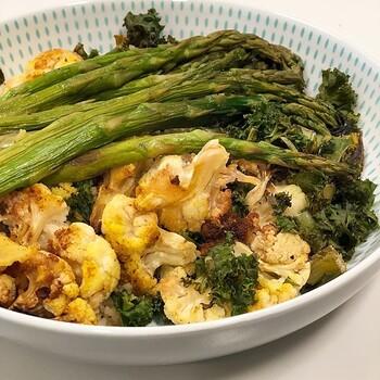 カリフラワー・ブロッコリー・アスパラのブッダボウル。野菜をグリルすることで、甘みがぐんと増します。カレー粉で色付けして、スパイシーな風味をプラスするのもおすすめ。