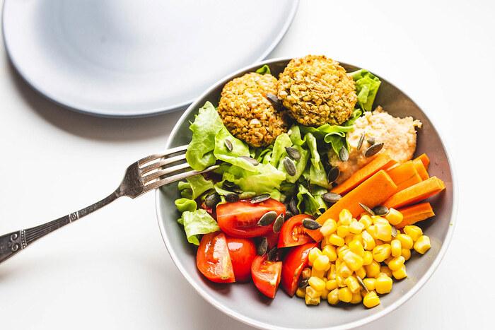 ファラフェルは、ひよこ豆をつぶしてコロッケのように揚げた中東の伝統料理です(写真左上)。フムスも同じく中東の豆のペースト。最近は、日本でも女性を中心に人気ですね。そんなヴィーガン向け料理を組み合わせたブッダボウル。仕上げにかぼちゃの種を散らしています。