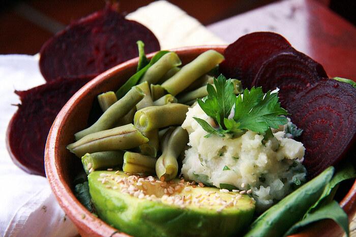 アボカド、ゆでインゲン、リーフ野菜、マッシュポテトサラダで構成したブッダボウル。食感の異なる野菜を組み合わせるのもポイントです。コリアンダーなど香菜をトッピングして、爽やかな風味も楽しんで。