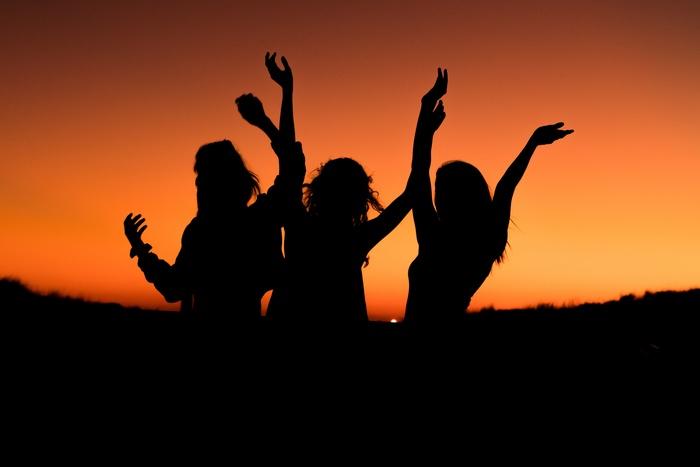 「Oh.My.God!!」は、思わず友達を夜遊びに連れ出したくなるようなキャッチーなメロディが素敵です。