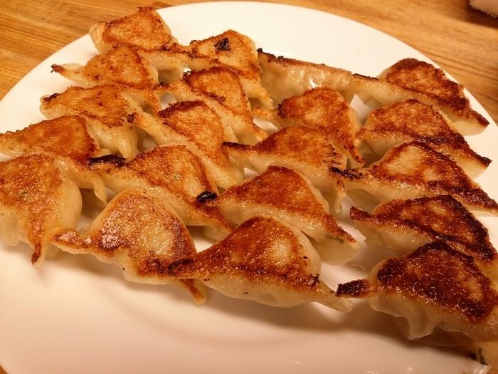 ニンニクを使わず、牛肉と豚肉の合挽ミンチ・玉ねぎ・ニラと独自の味付けでつくられる餃子。タレなしでもしっかりと味わいがあり、小さいながら満足度の高い逸品。手作り柚胡椒を付ければ、爽やかな香りと辛さでまた違った美味しさが広がります。